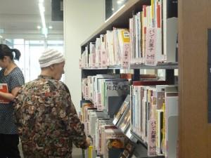 図書館にて